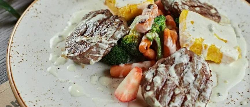 Медальоны из говяжьей вырезки с овощами и палентой под соусом Блю-чиз