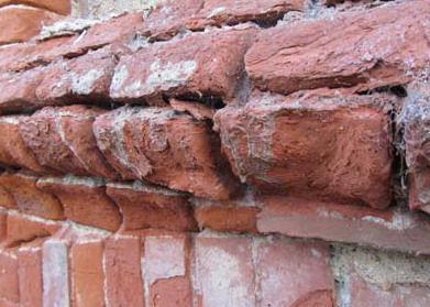 Der Kristallisationsdruck ist das Ergebnis von aufsteigender Feuchtigkeit im Mauerwerk