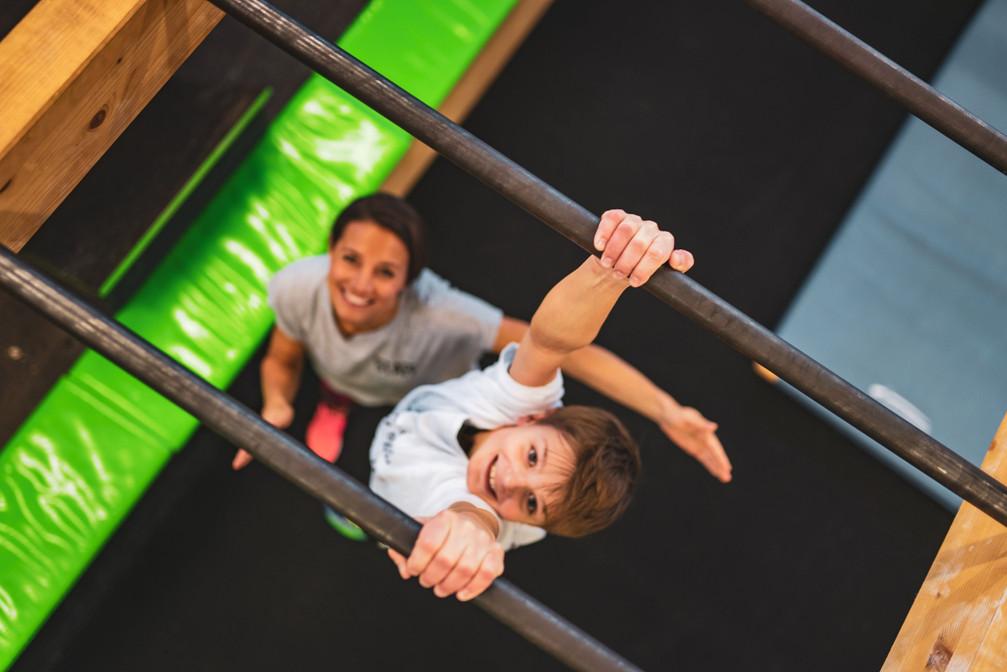 Marion Luck und ein Kind im Ninja Parcour