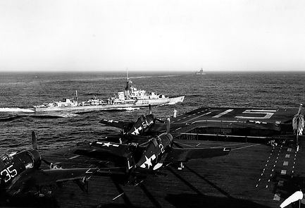 USS_Randolph_(CV-15)_and_HMS_Urchin_(D28)_off_Japan_1945.jpg