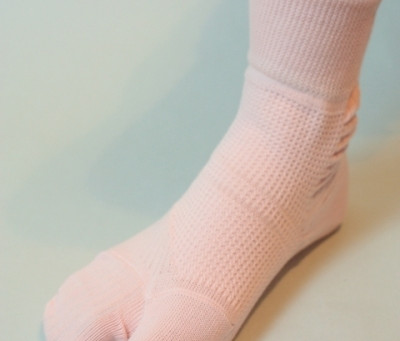 外反母趾の方に朗報!外反母趾対策靴下で姿勢のバランスを整え、美しい脚をみちびく。