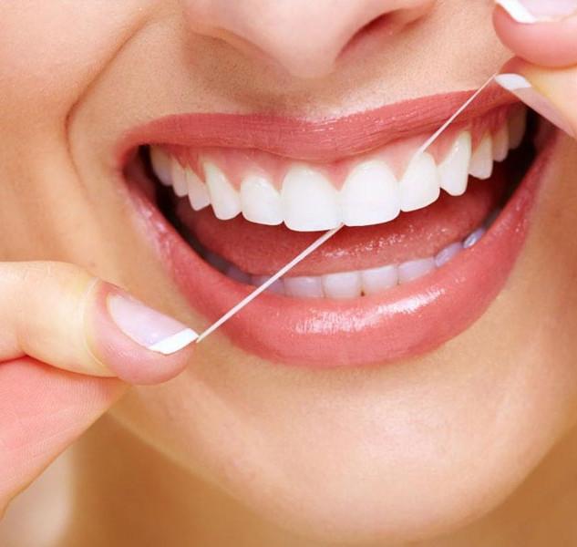 il filo interdentale è indispensabile per mantenere il parodonto sano