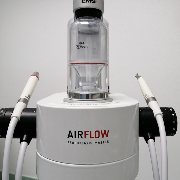 Air Flow permette di effettuare un'igiene dentale accuratissima riducendo i fastidi e la dolenzia per il paziente