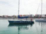 Velero de prácticas a vela saliendo del puerto