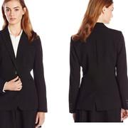 El saco negro y modales, la combinación perfecta para el éxito