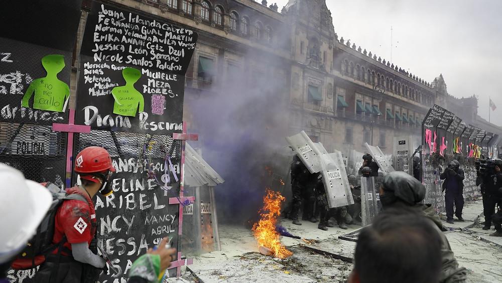 Manifestantes atacan a los policias