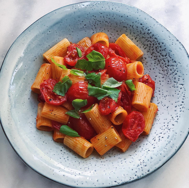 Pasta med stekta tomater, vitlök & basilika