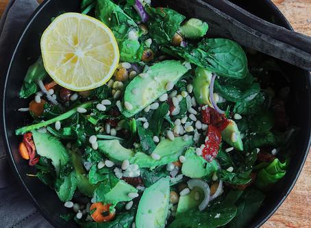 Grönkålssallad med kikärtor, soltorkade tomater och avokado toppat med pinjenötter