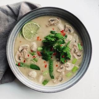 Asiatisk Tom Kha Gai-soppa toppad med koriander & lime