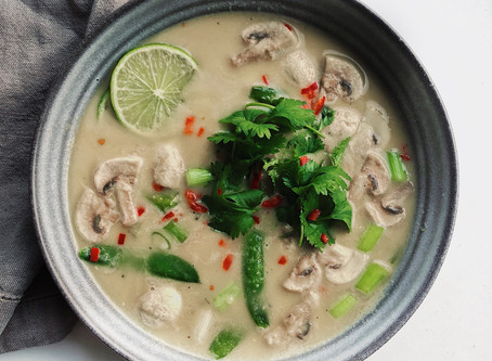 Asiatisk Tom Kha Phak-soppa toppad med koriander & lime