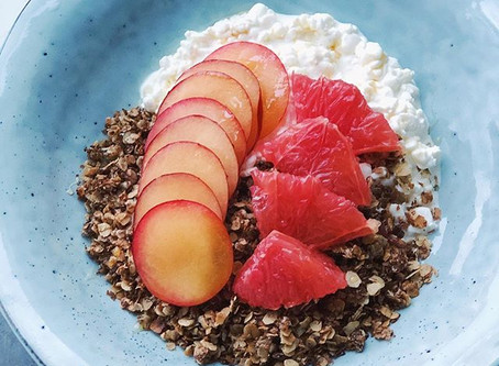 Havrecrunch med keso, plommon & grapefrukt