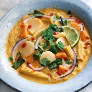 Thaisoppa med glasnudlar, ingefära & röd curry