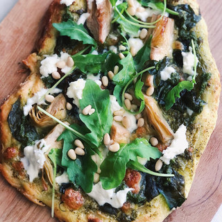 Surdegspizza med kronärtskocka, mozzarella & pesto