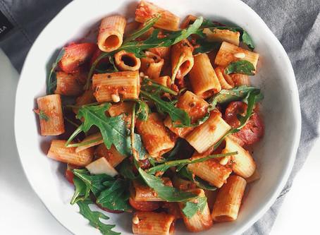 Krämig tomatssås med pasta och smak av basilika och parmesan