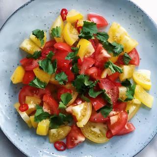 Tomatsallad med chili, lime & koriander