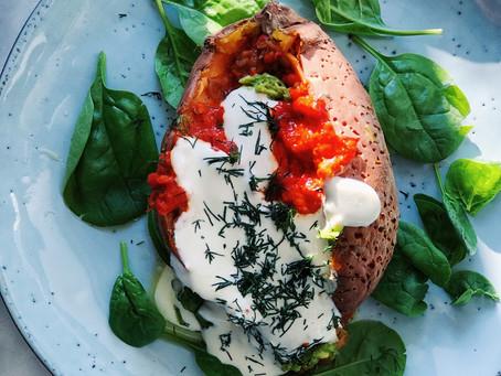 Bakad sötpotatis med örtsmör, ajvar, avokado & vitlökssås