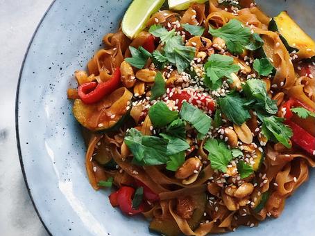 Gochujang- och sojanudlar med zucchini & paprika