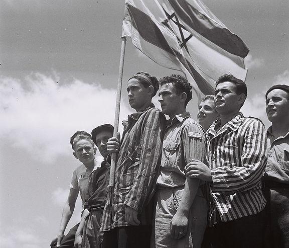 Buchenwaldi túlélők a haifai kikötőben, 1945. július 15. - fotó: Kugler Zoltán / Israel State Archives