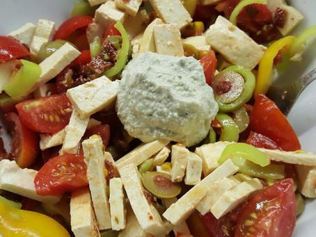 Salát s tofu a sušenými rajčaty