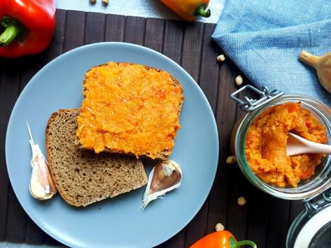 Premium: Pikantní papriková pomazánka s topinkou a česnekem