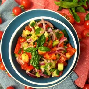 Rajčatovo-okurkový salát s červenou cibulí a bazalkou