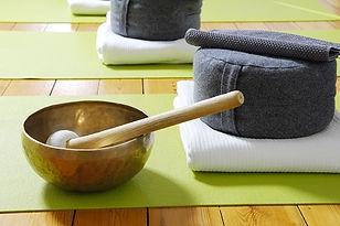 Meditationskissen+Klangschale-klein.jpg