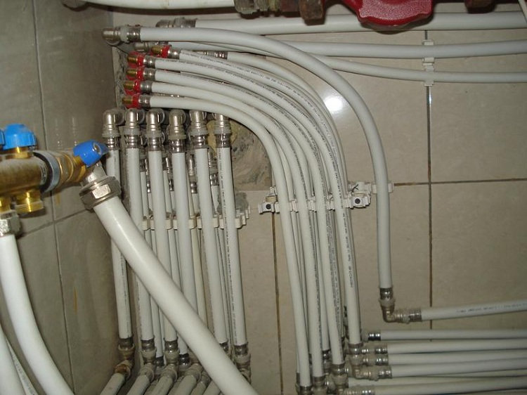 Металлопластиковые трубы используются в основном для монтажа систем водоснабжения. Они бывают разных видов, каждое изделие предназначено для особой цели. Поэтому нужно понимать, какими характеристиками обладают трубы данного вида, какие особенности нужно учитывать при покупке и какие технические нюансы будут играть роль во время установки.Металлопластиковые трубы — это сложная конструкция, имеющая пять слоев: слой модифицированного полиэтилена (также его называют «сшитым»), прослойки из клея, тонкого слоя алюминия, еще одной прослойки из клея и защитной полиэтиленовой оболочки.