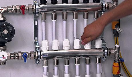Регулировочные краны первых обогревателей закрываются на 50—70% (считайте по оборотам вентилей), средних – на 30—40%, последние приборы остаются полностью открытыми. Обождите 20—30 минут, позволив батареям прогреться в новых условиях, затем повторите измерения. Задача – достигнуть нормальной разницы 2 °С (для протяженных магистралей допускается 3 градуса) между последним и первым прибором. Повторяйте процедуру настройки, закручивая балансовые вентили на четверть или пол-оборота, пока не добьетесь одинакового прогрева всех батарей. «Прослушайте» каждый радиатор на предмет шума, указывающего на повышенный расход теплоносителя. Важный момент. Не увлекайтесь чрезмерным закручиванием кранов, экономии таким образом не получите. Сравнивайте температуру на входе и выходе обогревателя – если разность превысит 10 °С, вентиль нужно отпускать. Из-за слишком малого расхода теплоносителя в комнате станет холодно.