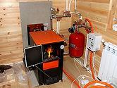 Твердотопливные котлы. Сжигать в этих устройствах можно широкий ряд материалов: от угля и дров до специальных гранул, называемых пеллетами. Из плюсов — полная автономность как от газа, так и от электричества. Твердотопливный котёл можно использовать в любых условиях при наличии гравитационной циркуляции теплоносителя в системе. Минусы — повышенная пожароопасность при загрузке топлива, особые требования к помещению и наличие вытяжного дымохода. В отличие от газа, который подаётся автоматически, твердотопливный котёл нужно периодически снаряжать горючим. Установка тепловых аккумуляторов и автоматических систем подачи позволяет решить этот вопрос, но лишь отчасти.