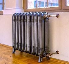 Полная замена системы отопления начинается с навешивания радиаторов отопления. Сегодня наиболее популярными являются алюминиевые радиаторы, однако они не годятся для использования в системах, характеризующихся большим давлением. Установка радиаторов отопления обычно производится под окнами, почти по всей протяженности оконных проемов. Следующим этапом монтажа отопления является установка отопительного котла и прочего вспомогательного оборудования. После чего происходит проведение и замена отопительных труб. Удобнее всего использовать полипропиленовые трубы под пайку, позволяющие герметично соединить все стыки. Металлопластиковые трубы хуже полипропиленовых, поскольку могут осесть в точках соединений с фитингами, поэтому их соединительным элементам требуется периодическая дополнительная подтяжка. Поэтому данные соединения должны оставаться на виду, а полипропиленовые можно прикрывать гипсокартонными конструкциями и прятать в стены.  Заключительный этап замены отопления - заполнение сист