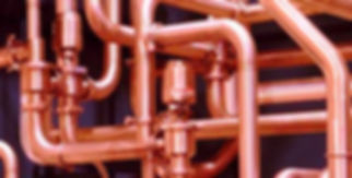 Использование медных труб в различных трубопроводных системах — плюсы и минусы.Несмотря на то, что пластиковые коммуникации повсеместно вытесняют металлические, медная труба остаётся приоритетной для обустройства коммуникаций у рачительных хозяев. Используют медные изделия и на производстве, например, для транспортировки газов под давлением или при эксплуатации трубопроводов в высокотемпературном режиме.ля монтажа коммуникаций из меди следует знать особенности материала, маркировку диаметра для подбора фитингов, совместимость европейской и отечественной продукции.Единственным недостатком труб и фитингов из меди можно назвать их высокую стоимость. Однако затраченные средства позволят забыть о проблемах с водоснабжением или отоплением навсегда.  Медные коммуникации не поддаются ни внешней, ни внутренней деформации. Для производства труб и комплектующих используют специальную, очищенную медь, которая на 99,9% состоит из химически чистого металла. Для придания медным эстетичности.