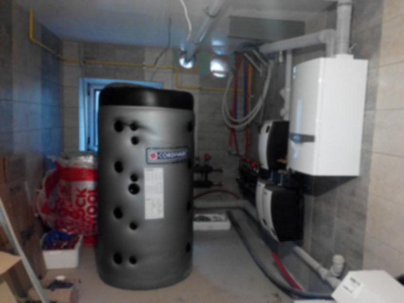 Пока котёл сжигает загружённые в него дрова, ёмкость постепенно накапливает вырабатываемые системой избытки тепла. В тот момент, когда котёл перестает выдавать необходимую пользователю температуру, всё излишнее тепло из бака направляется в батареи. Огромное преимущество состоит в том, что вода в радиаторах совершенно не остывает.  Вне зависимости от площади дома отопительная система должна быть снабжена мощным электрическим насосом, который сможет обеспечить непрерывную циркуляцию теплоносителя. Но после отключения электроэнергии такая установка прекращает свою работу. Заложенные дрова горят, тепло выделяется, а вот вода неподвижно стоит в трубах, закипая в котле.  Если пользователь упустит момент, то система взорвется, что может угрожать жизни людей. Установленный теплоаккумулятор предотвращает возникновение таких последствий. Огромное преимущество буферной ёмкости для твердотопливного котла состоит ещё и в том, что она увеличивает время между закладками дров в несколько раз.