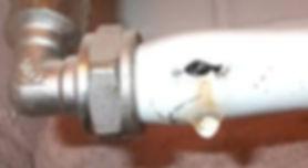 Не существует вечных коммуникаций, практически каждому рано или поздно приходится сталкиваться с необходимостью выполнить ремонт труб отопления или водоснабжения. При этом материал трубы не имеет практически никакого значения, аварийные протечки иногда возникают и на самых надежных трубопроводах.Единственная большая проблема, которая может парализовать систему отопления — образование протечек энергоносителя. Иногда, в основном при установке пластиковых труб в систему отопления без учета температуры энергоносителя и неправильном крепеже, может возникнуть деформация линии, но ее замена, при отсутствии утечек, требуется только из эстетических соображений.