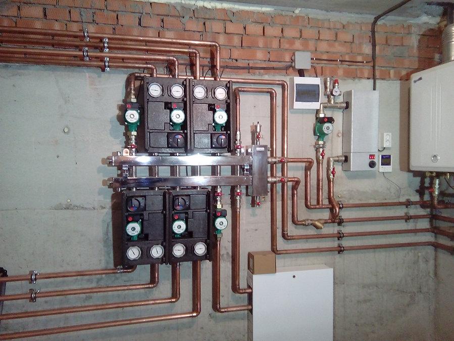 В конструкции отопителой системы в частных домах широко применяются медные трубы. Они долговечны, эстетичны, просты в монтаже. Особенно трубопроводы из меди применяются в конструкциях котельных.