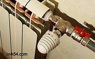 Централизованная или индивидуальная система отопления нуждается в регулировке. Погода имеет приятное свойство изменяться, а вот температура теплоносителя в системе чаще всего остается неизменной. В результате наблюдается печальная картина: за окном — мороз, а в комнатах — тропическая жара. Владельцы частных домов с индивидуальным отоплением могут полностью контролировать температуру воздуха в каждой комнате благодаря современным системам автоматизации. Но существует и менее затратный способ регулировать интенсивность потока теплоносителя — установка кранов на батареи отопления. Наличие этих простых, но полезных устройств позволяет также более эффективно проводить ремонт и техническое обслуживание радиаторов, поскольку в помощью таких кранов можно в любой момент отключить радиатор от системы, а затем так же просто снова его подключить.