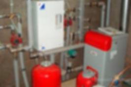 Отопление дома баллонами — это самый быстрый и дешевый способ организовать снабжение газоиспользующего оборудования пропан-бутаном. Достаточно приобрести газовые баллоны, заправить их, подключить к общему коллектору с регулятором давления, поместить оборудование в шкаф — и групповая баллонная установка готова! Для объединения баллонов также могут использоваться газовые рампы, позволяющие отключать и подключать баллоны без остановки газового котла, и комплекты для баллонных установок, предназначенные для автоматического отключения отработавших баллонов и подключения заправленных.  Отопление баллонами Отопление баллонами  Однако отопление баллонным газом частного дома имеет ряд недостатков:  чем больше мощность газового котла, тем большее количество баллонов должно быть в установке; необходимость частой замены отработавших баллонов; невозможность полной выработки газа при отрицательных температурах; газовые баллоны — источник повышенной опасности.