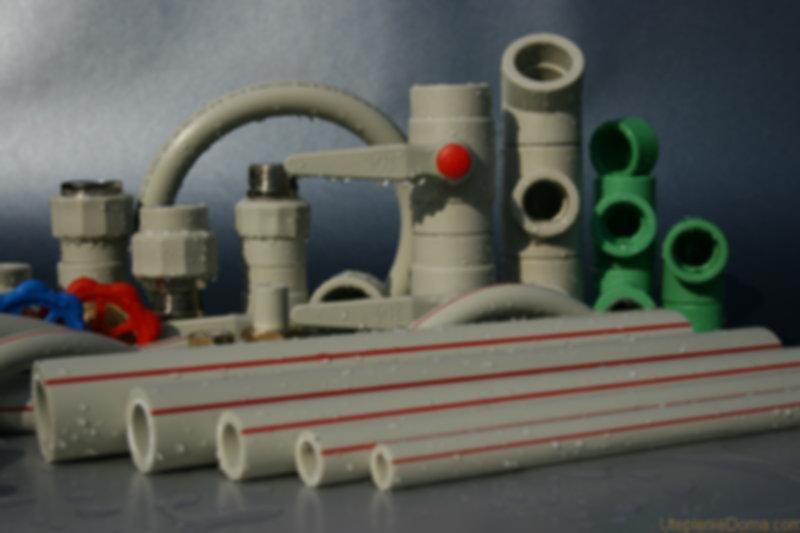 На рынке существует немало вариаций полимерных труб, но для горячего водоснабжения и отопления рекомендуется применять только полипропилен. Такие материалы, как ПВХ или ПНД являются слишком мягкими для данных целей, они лучше подойдут для подачи холодной воды, некоторые — для канализаций. Главные особенности, позволяющие использовать трубы из полипропилена в системах отопления, — это высокая прочность при достаточной легкости, а также способность сохранять работоспособность в агрессивных средах.  Труба полипропиленовая, подходящая для устройства отопления частного дома или в квартире, обладает представленными техническими характеристиками:  Способность выдерживать мощное давление. Вообще трубы PPR можно ставить на любые системы, существующие на данный момент. Давление, какое только могут выдерживать полипропиленовые трубы для отопления, напрямую зависит от постоянной рабочей температуры воды: чем сильнее нагрев, тем меньшее давление будет разрешено. Большинство изделий из полипропилена