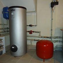 Водяное отопление Эта система считается наиболее надежной и простой: котел нагревает воду, которая затем поступает по трубам к комнатным батареям, оттуда, отдавая тепло в комнату через батареи, возвращается снова в котел.    Схема водяного отопления частного дома  Циркуляция воды поддерживается циркуляционным насосом. Система водяного отопления – это замкнутая цепочка, состоящая из котла–генератора тепла, трубопровода, батарей. По ней постоянно циркулирует вода или антифриз. Топливом для разогрева котла может служить каменный уголь, дрова, природный газ, керосин и пр.; централизованное электроснабжение или альтернативная электроэнергия: солнечные и ветряные преобразователи, мини-гидростанции и т.п.  Кроме котла, труб и батарей в водяную отопительную систему входят устройства для регулировки системы: расширительный бачок, куда отводятся излишки воды или антифриза, возникающие при нагревании; терморегуляторы, циркуляционный насос, манометр, запорный, автоматический воздухоотводчик.