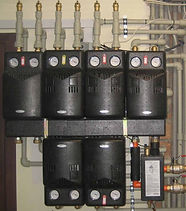 Группа быстрого монтажа (гидравлический модуль, насосный или насосно – смесительный блок) – оборудование, которое обеспечивает равномерную циркуляцию теплоносителя в контурах отопительной системы и водоснабжения (распределительные коллекторы, гидрострелки, регуляторы температуры для отопительных систем и другие). Группа быстрого монтажа характеризуется как надежная система обвязки котельной (узлы и детали соединения котла и отопительной ветки в один модуль) в виде конструктора готовых блоков, позволяющих сделать обвязку одного или нескольких котлов. Основой системы является уже собранная насосная группа. Каждый из данных модулей – это уже целостное устройство, которое имеет в своем составе всю требуемую арматуру (насос, необходимые краны, термометры, инверсные клапаны, трубы – байпасы, терморегуляторы и контролеры давления). Некоторые группы быстрого монтажа поставляются производителем не укомплектованные насосом, его нужно индивидуально подбирать под систему отопления потребителя.