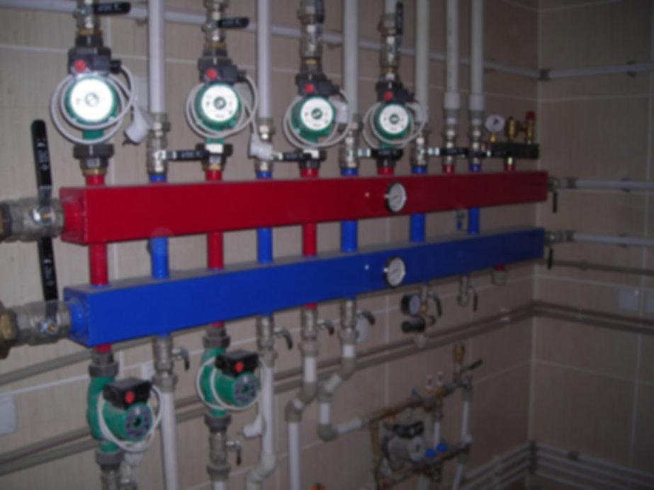 При наличии суровых зим в наших краях требуется должный монтаж отопительной системы. И он не так прост, как кажется. Во-первых, нужно ориентироваться в системах отопления, знать преимущества и недостатки каждого из видов. Наиболее популярными являются: электрическое отопление — нагрев осуществляется при помощи электроприборов, камин или печь, системы водяного отопления — роль теплоносителя играет жидкость.