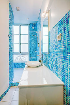 Bathroom | Large serviced 2 bedroom vacation apartment | Apartments du Louvre