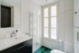 Bathroom | Spacious 3 bedroom holiday apartment in Paris | Apartments du Louvre