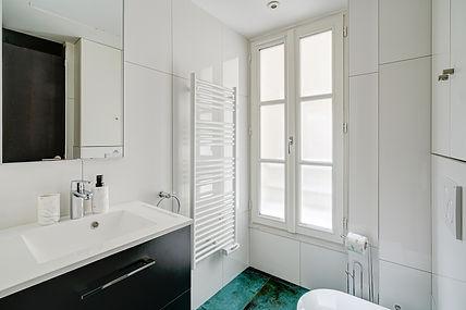 Bathroom | Spacious 3 bedroom holiday apartment in Paris | Apartments du Louvre
