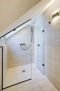 Shower | Spacious duplex holiday apartment | Apartments du Louvre