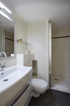Baño | Espaciosa suíte de vacaciones cerca del Louvre | Apartments du Louvre Saint Honoré