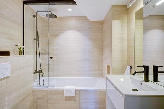 Bathtub | 2 bedroom short stay apartment in Paris | Apartments du Louvre