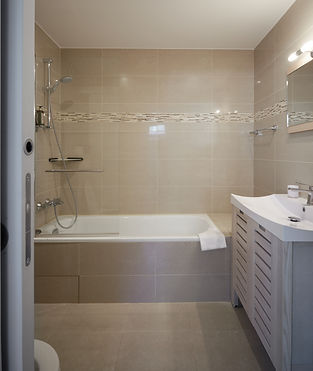 Bathtub | Spacious shot term rental duplex apartment | Apartments du Louvre