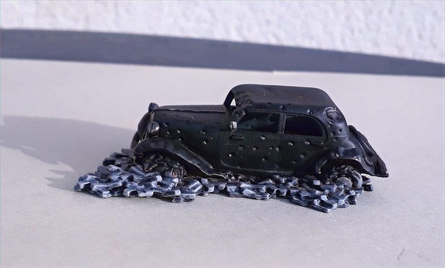Traction Citroen criblée de balles avec gravats