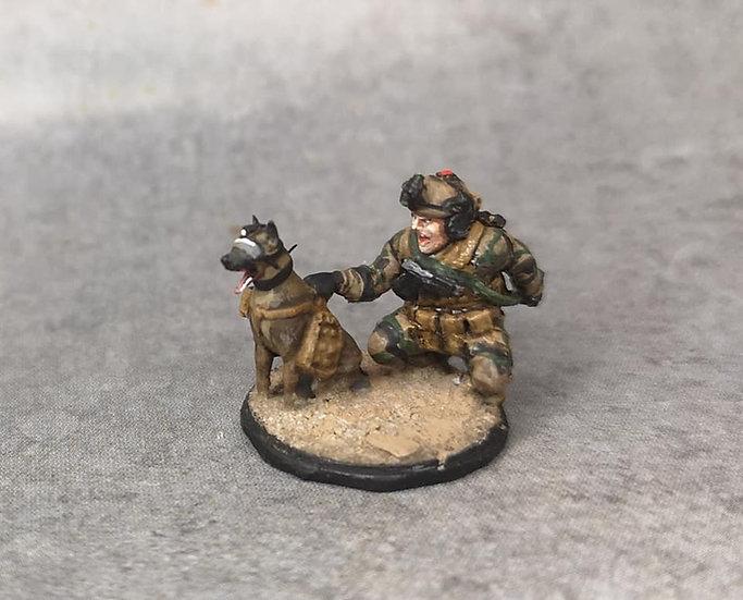 Force spéciale maître chien avec casque