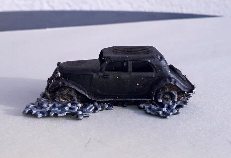 Mercedes V170 ww2 criblée de balles avec gravats